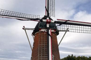 Ansicht einer historischen Windmühle in Doetinchem auf der Oranierfahrradroute