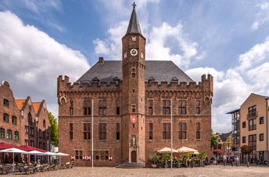 Blick auf das Rathaus und den Rathausplatz in Kalkar auf der Oranier-Fahrradroute von Lingen über Apeldoorn nach Moers