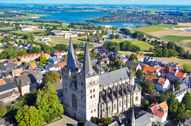 Blick aus der Vogelperspektive über die Stadt Xanten auf der Oranierfahrradroute von Lingen über Apeldoorn nach Moers